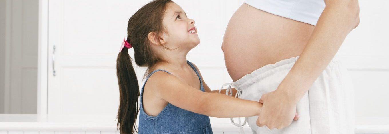 schwangere Frau mit kleiner Tochter
