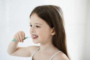 kleines Mädchen putzt sich die Zähne
