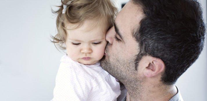 Mann küsst seine kleine Tochter