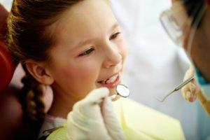 kleines Mädchen beim Zahnarzt