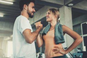 Mann und Frau in Sportkleidung geben sich die Hand