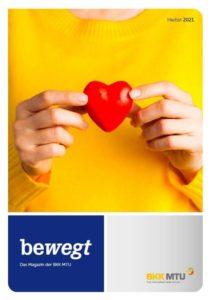 """Cover des Mitgliedermagazins """"bewegt"""" vom Herbst 2021 - Bild: Frau mit gelben Pullover hält rotes Herz vor die Brust"""